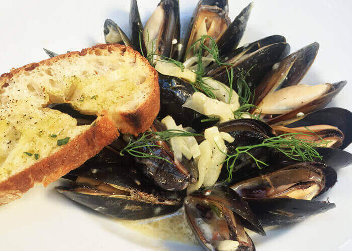 mussel with garlic bread - ilovetaste